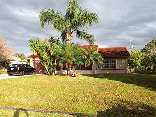 grande maison dans quartier très calme. entièrement équipée, terrasses, jardin
