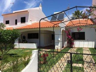Nobre Cottage - vivenda terrea na praia, jardim, wifi, ar condicionado