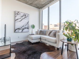 Bright and Spacious 2BR Loft in King West - Free Parking