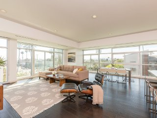 Luxury Condo Steps to Venice Pier