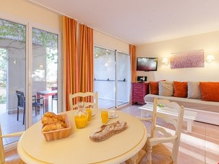 Superior 1 BR Apartment for 5 at Pont Royal en Provence