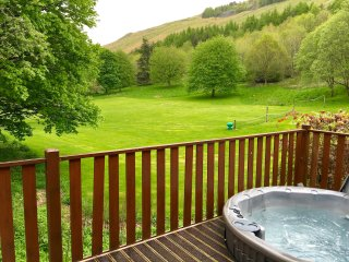 Wainwright Lodge - sleeps 5, pet friendly, Hot Tub, Limefitt Park