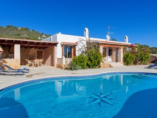 Villa Blanca for 6 guests, only 2km from the beach and 15km from Ibiza Town! Cat
