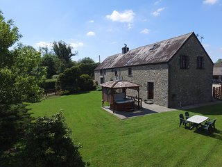 Cottage near Llandovery features a Hot Tub. Cwmtywi: 405592