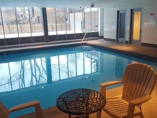 NICE APARTMENT ROOM - Double bedroom - HEATED POOL, CLOSE TO CTRAIN BUS - U of C