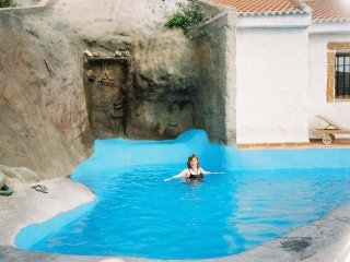 CUEVACASA: TWO BEDROOM CAVEHOUSE SUITABLE FOR 4 ADULTS PLUS 2 CHILDREN