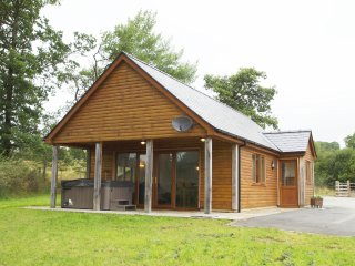 Cottage located in Mid Wales with private hot tub. Llanddewi Retreat: 510531