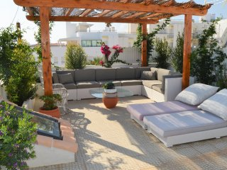 Charming Apt w/roof terrace and stunning views. 2 min walk to Beach.
