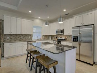 Totally New Build in popular Gulf Gate, Wifi, Large Back Yard, 2 Car Garage, Clo