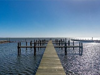Spacious 6/4! Private fishing pier! Community pool!