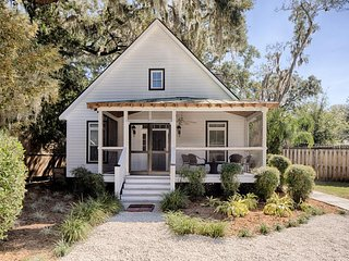 Cottage w/ screened porches & firepit - close to Savannah & Tybee!