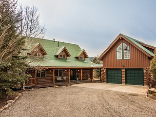 4 bedroom, and loft,  luxury log home on 7 acres, with hot tub