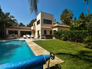 luxurious villa with Jacuzzi and heated pool in Puerto Banus near Aloha