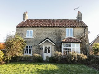 ROSE COTTAGE, woodburner, enclosed garden, pet-friendly, Ref. 972737