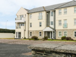 CRIBBAR VIEW, close to the beach, spacious retreat, balcony, in Newquay, Ref