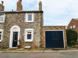 6 FLINT COTTAGES, enclosed garden, contemporary retreat, in Birchington, Ref