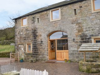 FAR STONES BARN, barn conversion, hot tub with countryside views, en-suite bedro