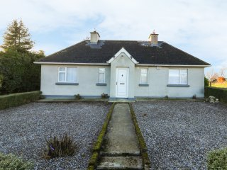 KINSELLA'S COTTAGE, all ground floor, countryside views, Gorey 9 miles, Ref 9606