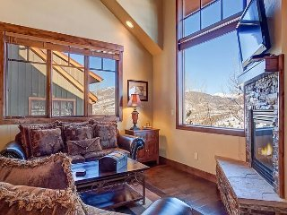 Luxe 4BR Rocky Mountain Classic in Silverthorne – Hot Tub and Game Room!