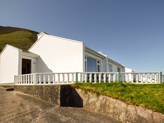 ROSSBEIGH BEACH COTTAGE NO 2, sleeps seven, pet friendly, tranquil, Glenbeigh, R