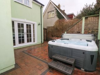 Y BWLCH, hot tub, views of River Solva, en-suite, Ref 950160