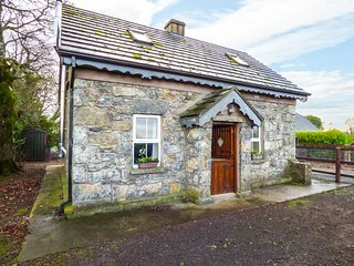 STONE COTTAGE, detached stone cottage, multi-fuel stove, ample parking, Tipperar