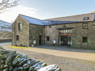 COOMBE COTTAGE, juliet balcony, exposed beams, views, in Tebay, Ref. 915762