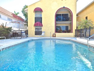 $99/night FALL SPECIAL! 3 min drive/15 min walk to Siesta Key! Super Clean!