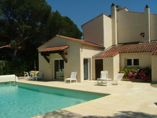 'La Mer' Upstairs 3 bedroom villa apartment with private heated pool