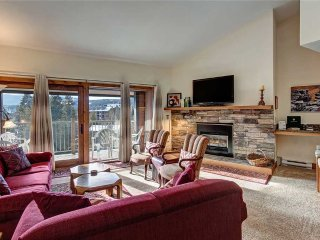 2bd+loft ski-in condo with hot tubs, sleeps 10, located in the heart of Breck!