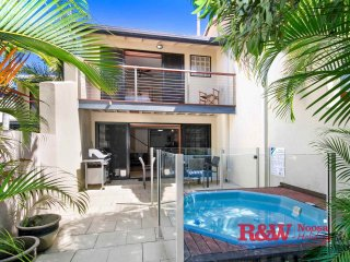2 - 61 Noosa Parade 'Splash of Blue'