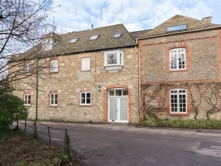 The Leat, Malmesbury; walks, pubs and shops nearby, two parking spaces