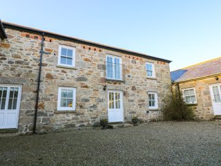 THE MILLING FARM, barn conversion, open fire, balcony, parking, garden, in Hayle
