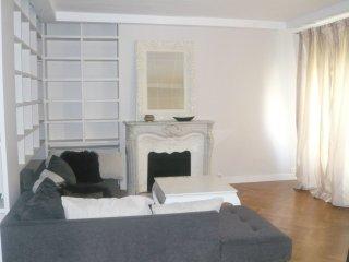 2 bedroom Apartment in Champs-Elysées, Île-de-France, France : ref 5559585