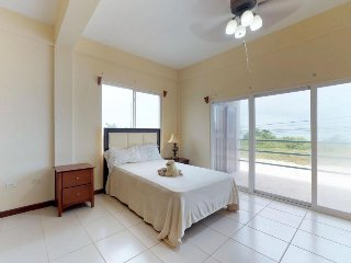 Lovely lagoon-front suite w/ shared swimming pool - near beaches & restaurants