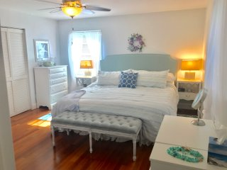 Light and Airy Coastal House~5 minute walk to beach ~