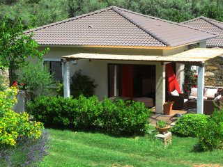 Tres belle villa avec piscine dans jardin paysager