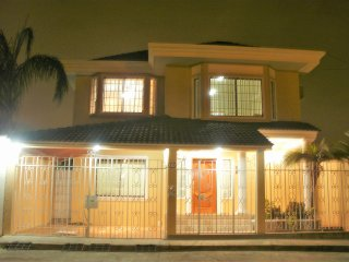 Cesar's House: Comfortable Roomy House. Sleeps 9 - Free: WiFi/Cable TV/Breakfast