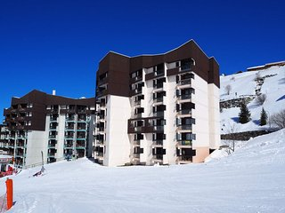 Armoise Ski to the door. Free wifi.  Sleeps 6  (larger than most 38 m sq.)