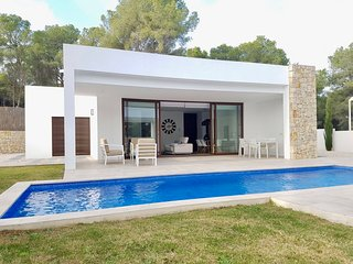Modern design villa 5 minutes walk to the beach and to Moraira town