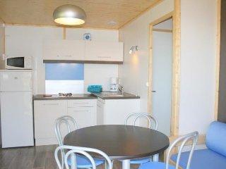 la cuisine et le salon d'un chalet