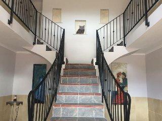 De ruime entree naar de appartementen en slaapkamer op de 1e verdieping