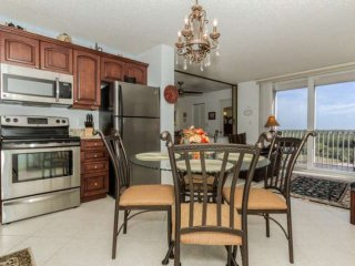 Elegant, Warm & Inviting 8th Floor Condo, Gulf View, Heated Pool, Free Beach