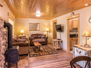 Updated Warm & Comfy Condo on the Fall River! Quiet Setting between Town & RMNP.