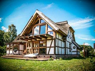 modernes Fachwerkhaus mit Reetdach