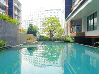 Large City Centre 2 Bedroom Condo 500m to Beach