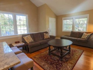 Newly renovated, pet friendly carriage house 5 mins from downtown Charleston