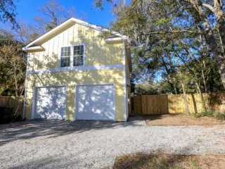 5 mins from Downtown Charleston & 15 mins from beach! Newly renovated, Pet Frien
