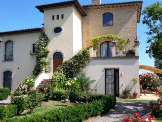 Villa La Valliana - Front of property with floral garden