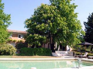 Mas provencal du XIXeme avec piscine, entierement renove, beaucoup de charme.